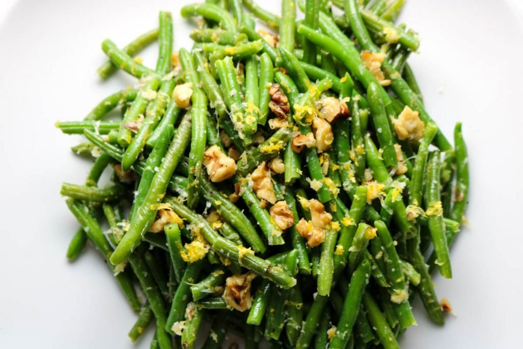Lemon Garlic Green Beans is a super simple side dish that full flavor. Bursts of lemon and garlic with a hint of cheese and crunchy walnuts. Pairs with any dinner.